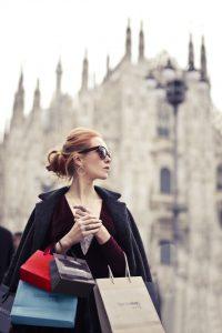 Жена гледа рекламни табели